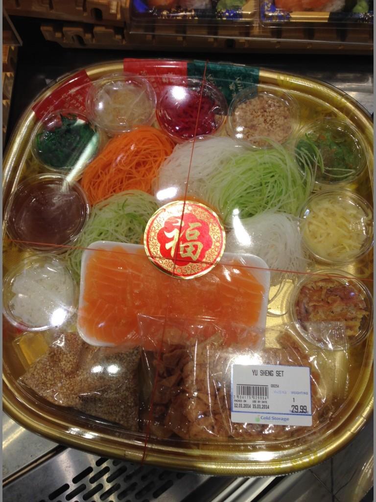 """Yu Sheng retter slik de selges som """"take away"""" på min lokale matbutikk."""