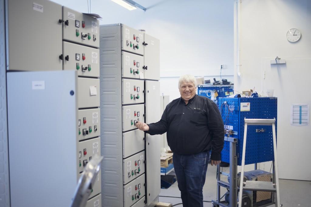 Ove Kjøllesdal i Eid elektro på hjemmebane blant el-tavlene bedriften produseres